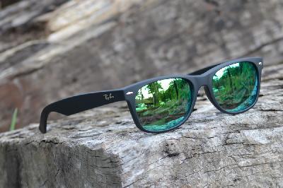 Óculos Ray-Ban New Wayfarer RB2132 preto fosco com lente espelhada verde ... 37c7d44d6a