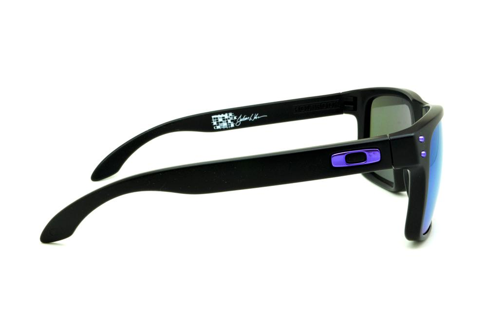 1eb08473bc6e4 Óculos Oakley OO9102 Holbrook Julian Wilson preto e lente roxa